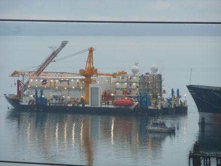 Vrouw ketent zich vast aan boorschip Shell