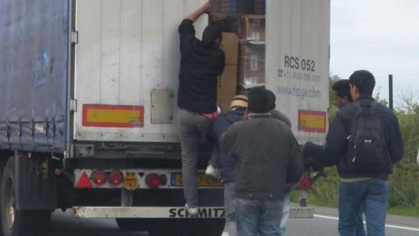 Vrachtwagenchauffeurs vogelvrij door illegale vluchtelingen Calais.
