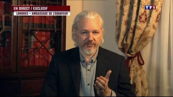 Hillary Clinton gaat met de billen bloot op Wikileaks