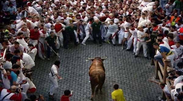 Stieren nemen wraak op renners tijdens stierenlopen Spanje