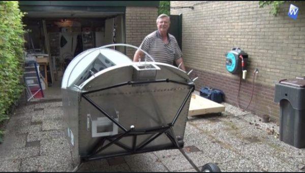 Man bouwt vliegtuig in zijn achtertuin