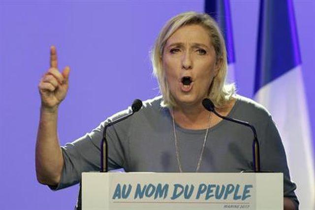 Marine Le Pen gaat met gestrekt been de migranten te lijf